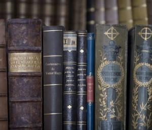 Hřbety barokních církevních knih (Zdroj: © Jorge Royan, http://www.royan.com.ar, CC-BY-SA-3.0)